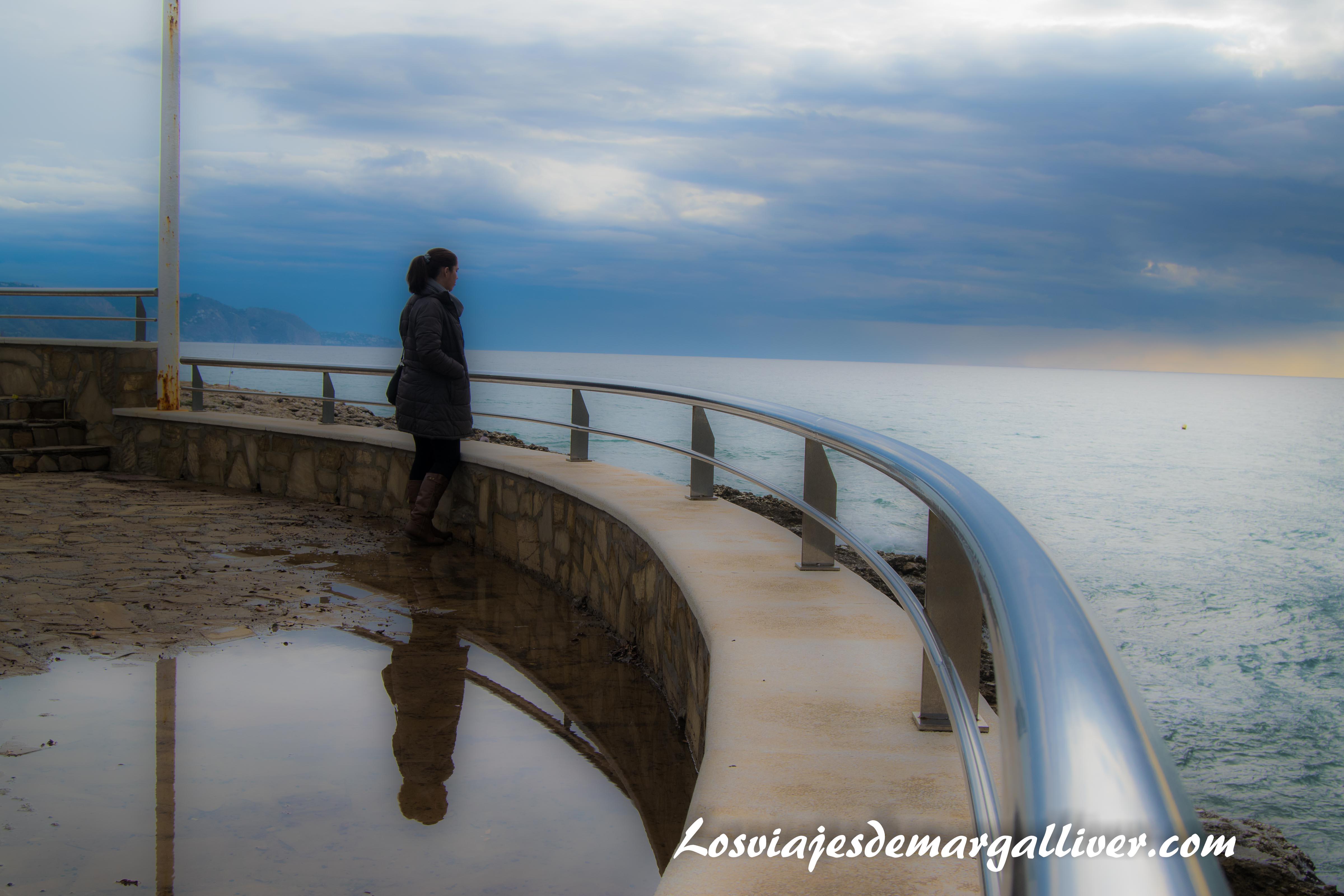 margalliver mirando al horizonte en Nerja - Los viajes de Margalliver